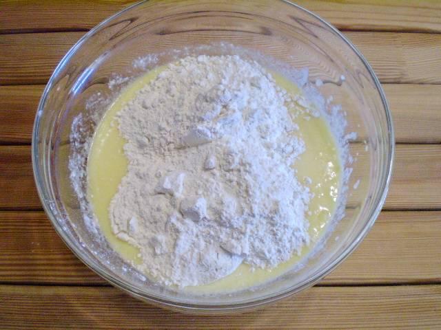 5. Муку просеиваем обязательно, чтобы пышнее было тесто, добавляем соду, ванильный сахар, венчиком вмешиваем муку в тесто. Венчик поднимайте повыше, чтобы тесто максимально насытить кислородом.