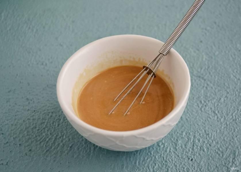 Смешайте оливковое масло, арахисовый урбеч, яблочный уксус и соевый соус.