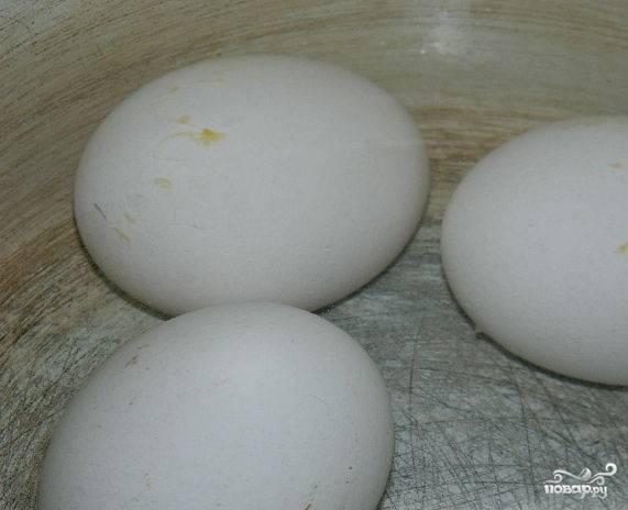 1.Отварите яйца вкрутую, а затем отправьте под холодную воду.