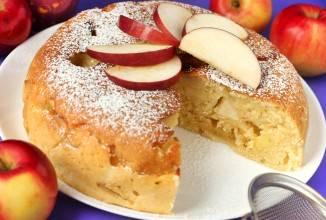 Готовый пирог украсьте ломтиками яблок. Приятного аппетита!