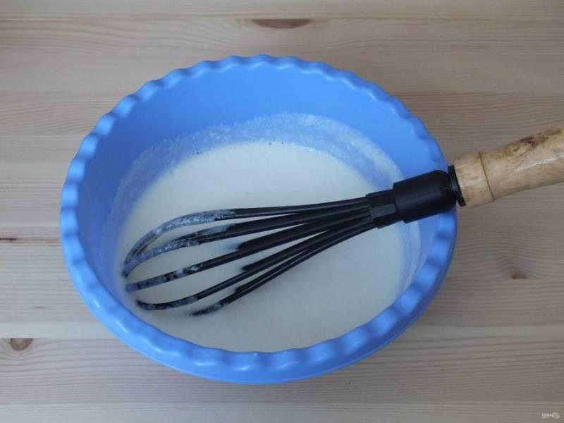Соедините молочно-желтковую смесь со взбитыми белками. Аккуратно перемешайте с помощью венчика.