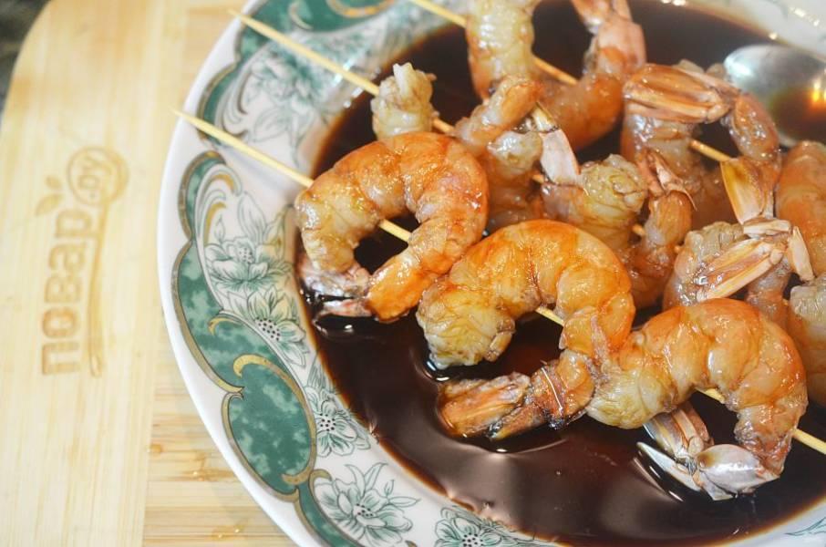 Окуните креветки в соевый соус с уксусом.