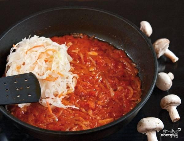 Сушеные грибочки замочите в ледяной воде на десять-пятнадцать минут. Затем поставьте вариться на слабом огне с морковью и корнем петрушки, полчаса для этого будет достаточно. В это время нарежьте лук произвольно, обжаривайте его до золотистого цвета на подсолнечном масле. Добавьте к луку консервированные томаты и квашеную капусту. Все ингредиенты хорошенько перемешайте.