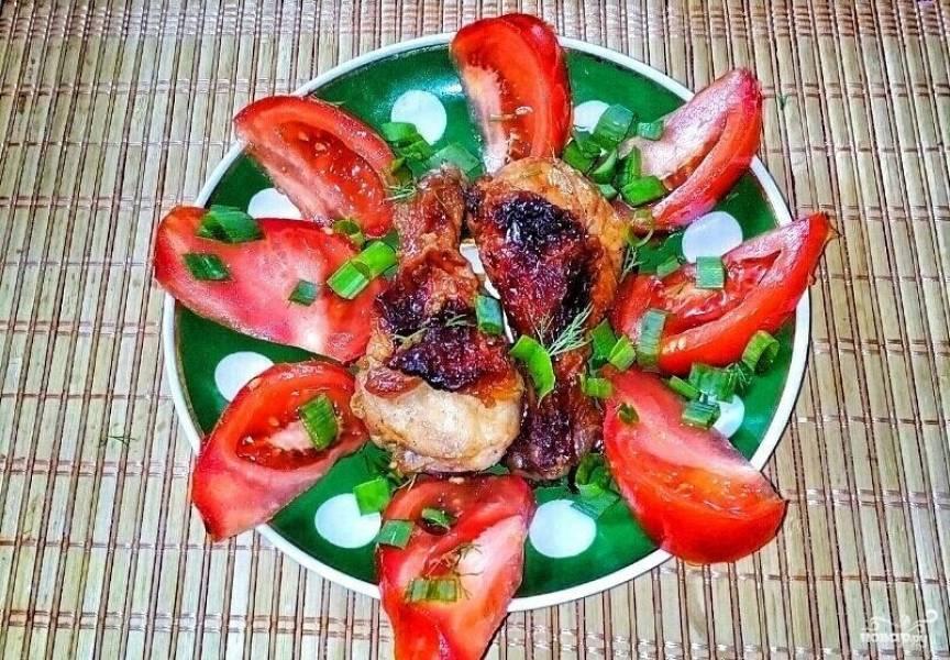4.Готовые куриные голени получаются румяными, с аппетитной глазурью. Подаем голени горячими, со свежими овощами.