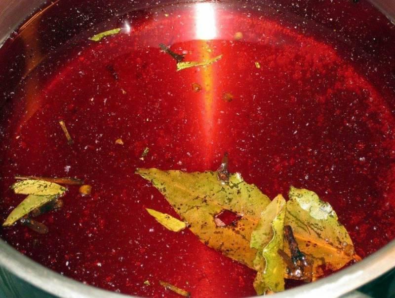 В конце пятого дня сливы пустят достаточно сока, и можно будет приступать к дальнейшей работе. Итак, переливаем весь маринад в кастрюлю и еще раз его кипятим.