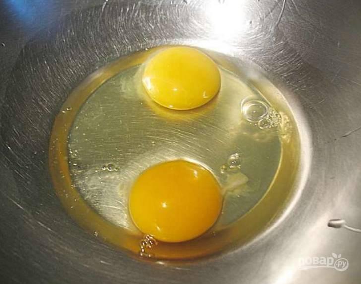 1.В чашу миксера вбейте куриные яйца, хорошенько взбейте все до образования пышной белой пены.