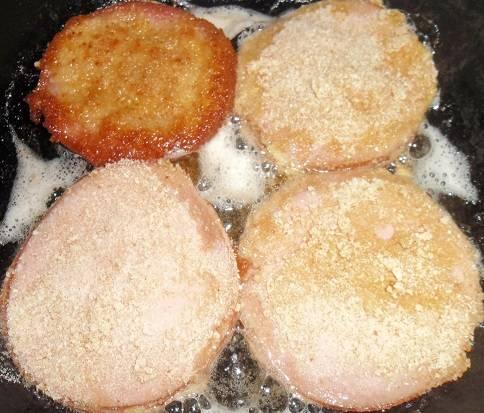 4. Жарим на масле на среднем огне в сковороде с обеих сторон до румяного цвета.