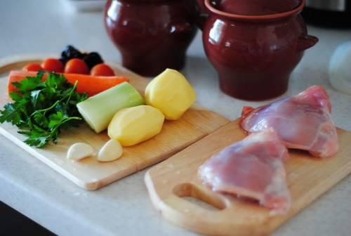 1. Весьма вкусное блюдо, которое станет отличным решением для ужина или обеда. Курица замечательно сочетается с овощами и грибами, а сырная корочка дополнит вкус.