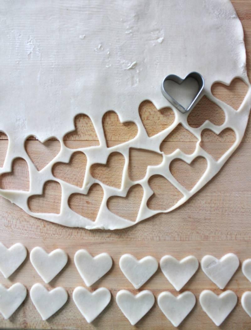 3. С помощью выемок сделать небольшие сердечки, которые после будут украшать пирог сверху.