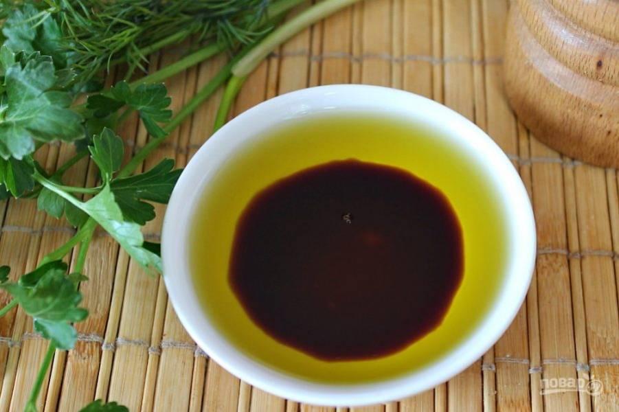 Для заправки салата используем оливковое масло и соевый соус. Салат посыпаем черным молотым перцем и перемешиваем.