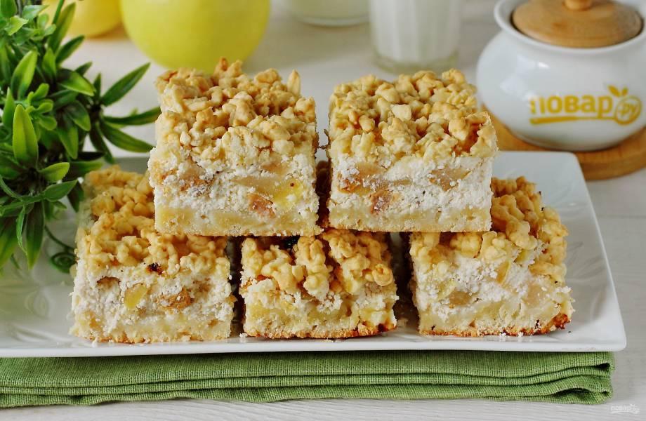 Тертый пирог с яблоками и творогом