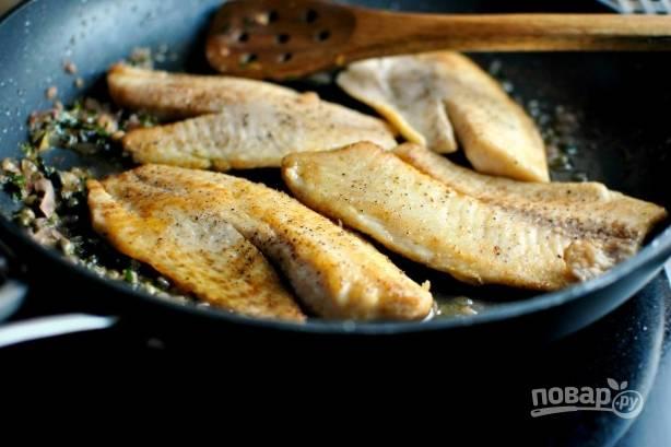 Выложите рыбу в соус и прогрейте пару минут.