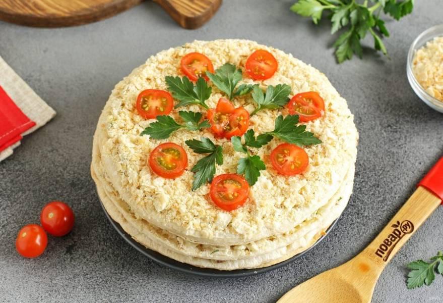 """Салат """"Наполеон"""" с тунцом готов. Я украсила салат крошкой от коржей, зеленью и помидорами черри. Приятного аппетита!"""