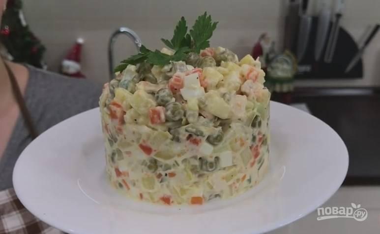7. Если хотите, чтобы салат был не только вкусным, но и красивым, используйте для подачи кулинарное кольцо. В эту форму, слегка утрамбовывая, накладываем салат.  Можно кушать. Получилось — просто пальчики оближешь! :)