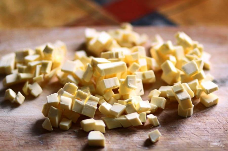 Вначале приготовьте тесто. Холодное масло нарежьте кубиками.