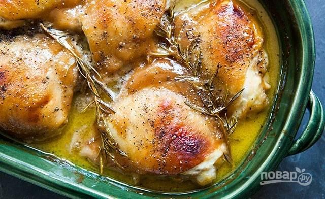 4.Поперчите готовые куриные бедра и сразу подавайте их к столу.