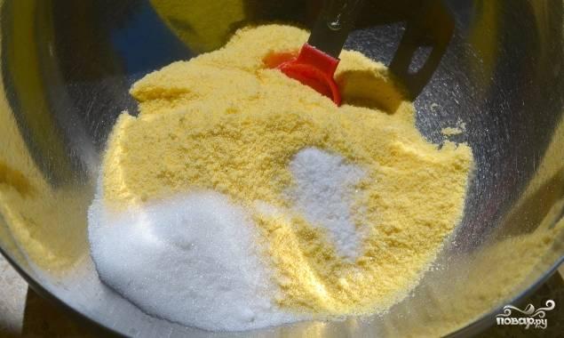 2. В кукурузную муку добавляем сахар и соль, перемешиваем все, постепенно начинаем добавлять молоко.