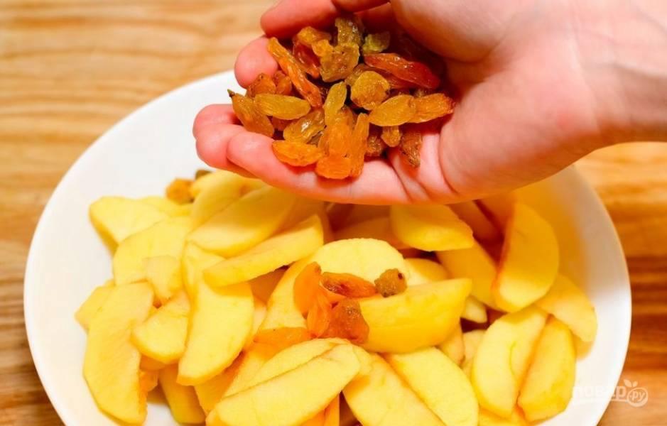 К яблокам добавьте промытый изюм и кукурузную муку.