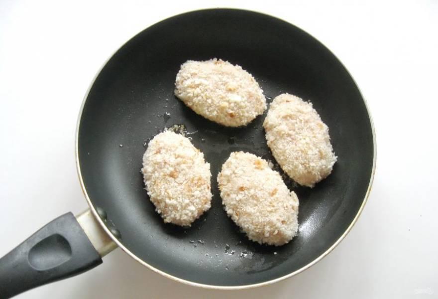 Налейте в сковороду подсолнечное масло, разогрейте и выложите котлеты.