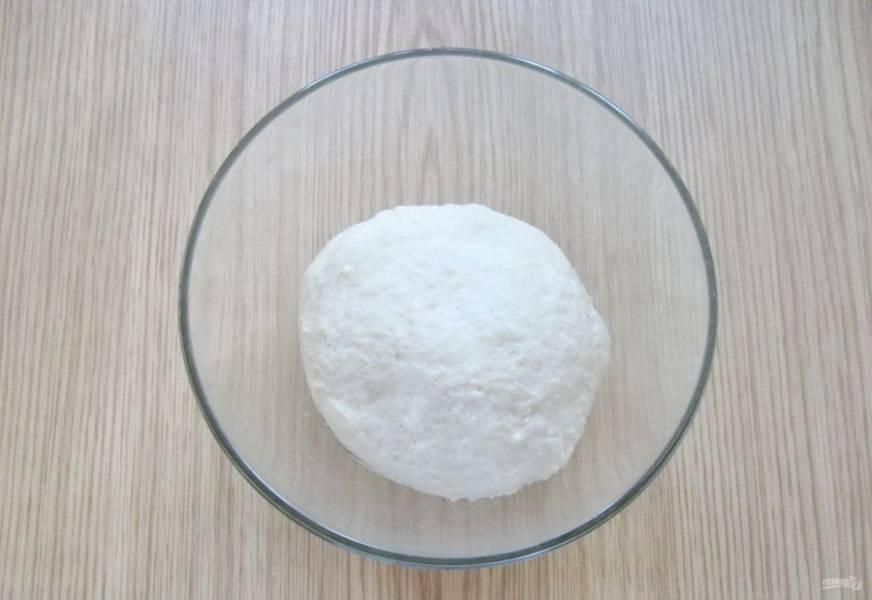 Замесите эластичное, мягкое тесто, не липнущее к рукам. Тесто очень удобное в работе.