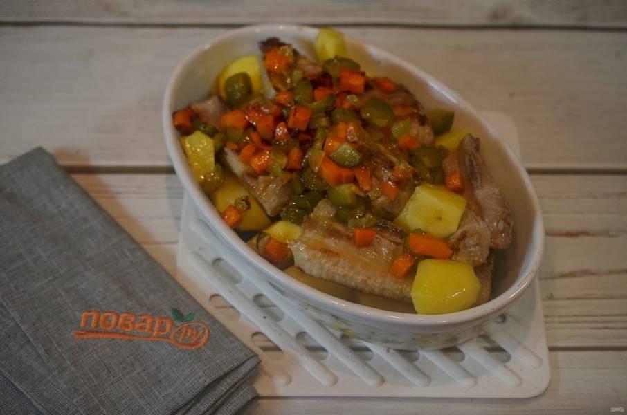 7. Выложите ребрышки с овощами в жаропрочную форму, накройте крышкой и запекайте в разогретой до 180 градусов духовке 1-1,5 часа.