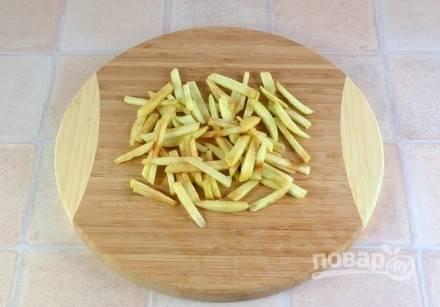 Яблоко очистите от кожуры и нарежьте его соломкой.