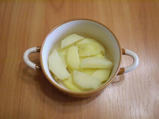 8. Собираем запеканку. Возьмите керамические или стеклянные формы. Можно противень с высокими бортами. Смазываем форму. Выкладываем часть картофеля.