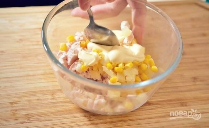 В салатнице перемешайте кукурузу, ананас, курицу, лук и майонез.