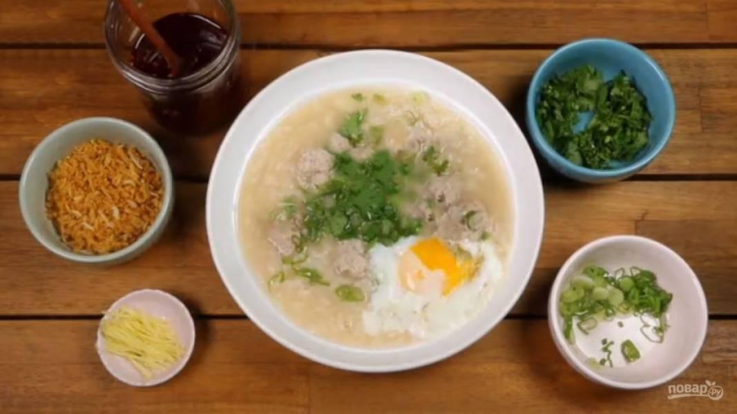 Перед подачей в тарелку выкладывайте жареное яйцо.