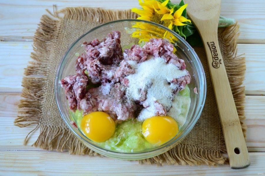Смешайте кабачок с фаршем, яйцами, манкой и половиной панировочных сухарей, добавьте соль и перец по вкусу.