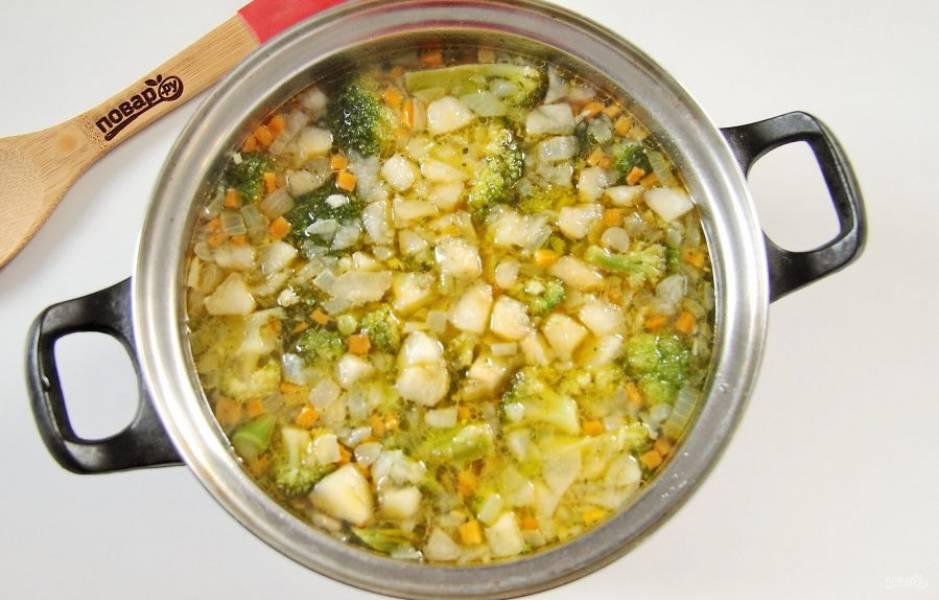 5. Налейте в кастрюлю воду или бульон, доведите до кипения, добавьте обжаренные овощи с яблоком, соль по вкусу и специи. Варим на среднем огне около 10 минут.