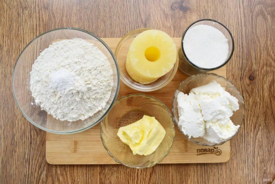 Подготовьте необходимые продукты. Масло заранее достаньте из холодильника, оно должно стать мягким. С консервированного ананаса слейте сироп, обсушите.