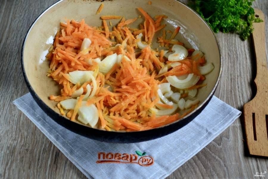 А тем временем на сковороде обжарьте лук и морковь.