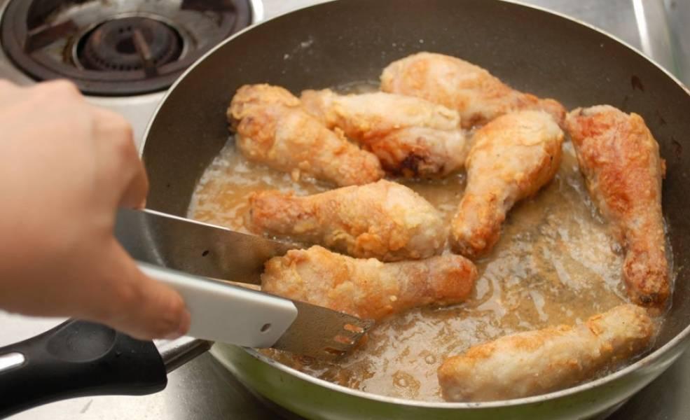 4. Жарим со всех сторон, постоянно переворачивая. Если готовите кляр, можно обжарить ножки во фритюре - они будут хрустящими и быстро приготовятся.