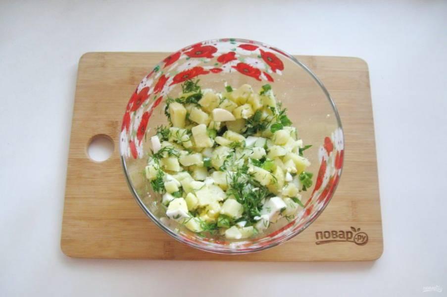Салат посолите и поперчите по вкусу, перемешайте.