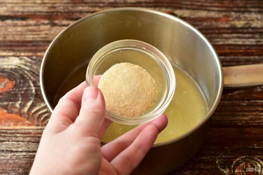 Туда же отправьте желатин. Хорошо все нагрейте, чтобы желатин растворился.