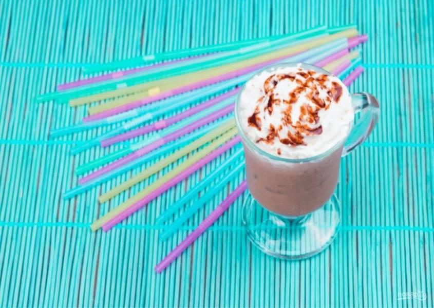 3. При необходимости добавьте больше сахара. Перелейте коктейль в стакан, в котором будете его подавать, и украсьте взбитыми сливками и шоколадным сиропом. Приятного аппетита!