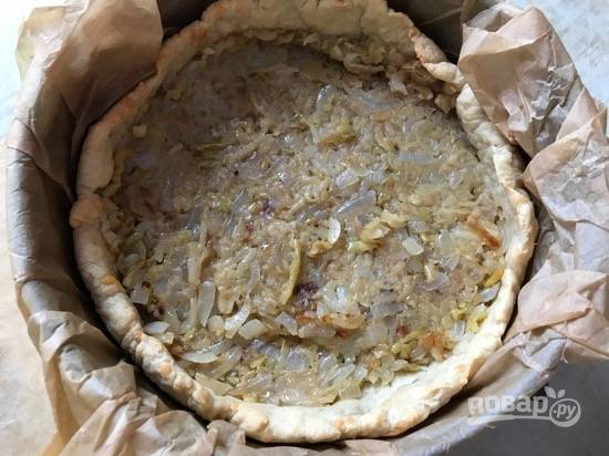 10. Когда тесто будет готово, выложите начинку из лука и яблок.
