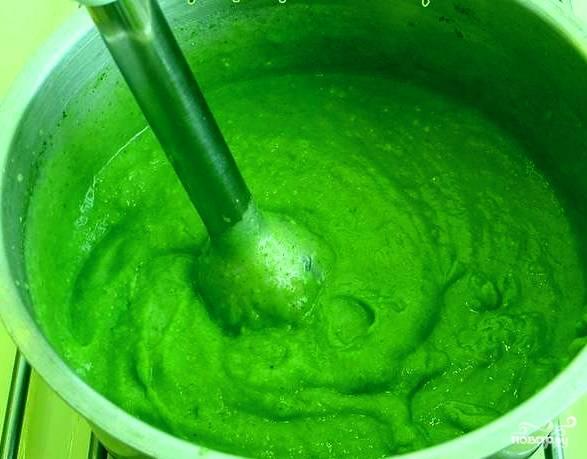 Теперь беремся за брокколи. Промываем соцветия, но не разделяем их. Когда грибы проварятся с полчаса и уйдет накипь, опускаем брокколи в кастрюлю с грибами, варим их вместе еще с полчаса, подсолив и поперчив бульон по вкусу. По истечении времени, достаем брокколи, кладем их в миску. Из сковороды выкладываем лук-порей. Берем блендер, перемалываем все до состояния пюре. Доливаем бульон, йогурт или сметану, разжижаем — и получаем крем-суп.