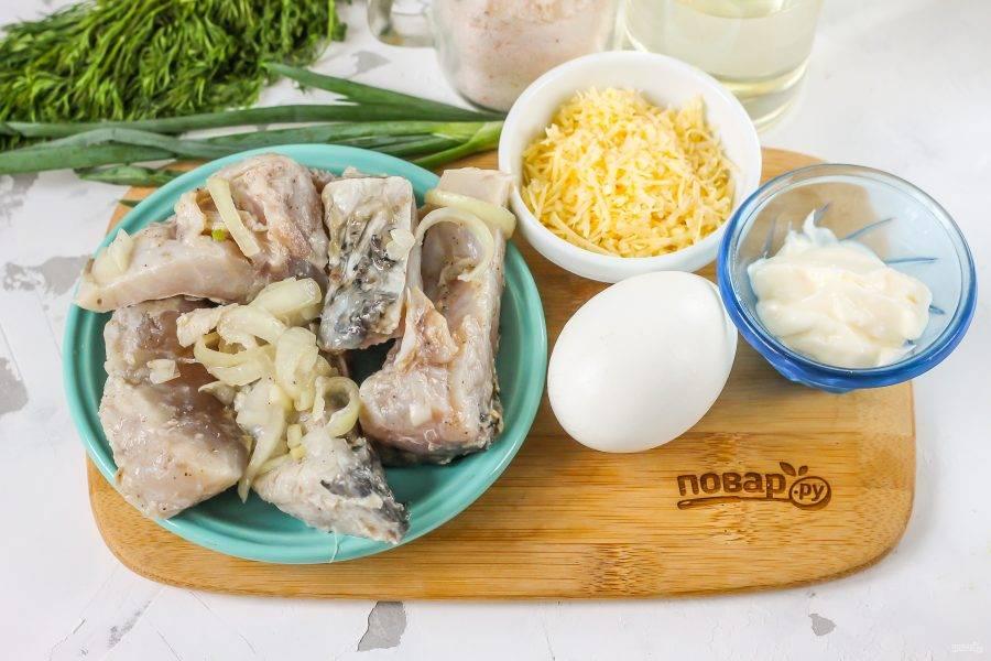Подготовьте указанные ингредиенты. Из маринованной или копченой рыбы удалите все косточки. Яйцо заранее отварите и остудите.