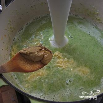 7. Снять суп с огня и, используя погружной блендер, перемешать до консистенции пюре. Добавить половину тертого сыра Чеддер и горчицу. Снова перемешать блендером, а затем добавить вторую половину сыра.