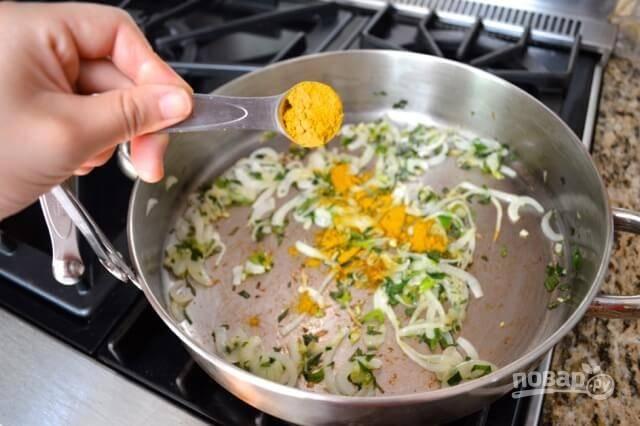 Добавьте мелко нарезанную кинзу и приправу карри.