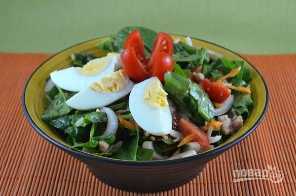Перекладываем все в салатник и сверху добавляем ломтики вареного яйца. Приятного аппетита!