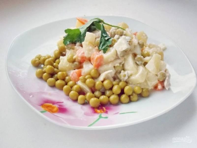 4. Дайте салату пропитаться, а для этого поставьте его в холодильник хотя бы на один час. Затем подавайте порционно или в салатнице.