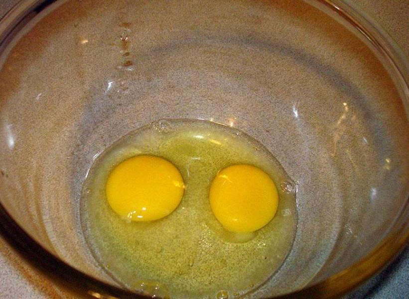 В миску разбейте яйца, добавьте сахар, соль, соду и размешайте.