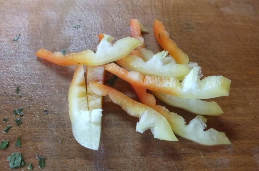 2. Болгарский перец очистить от семян и хвостика, как следует вымыть и нарезать тонкой соломкой. Можно использовать разноцветные перцы, это придаст блюду особую красоту.