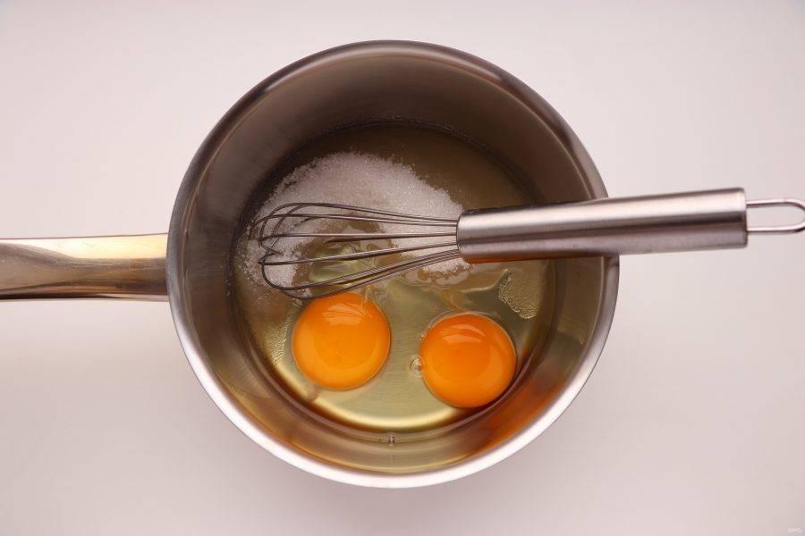 Для начала приготовьте лимонный курд. Для этого взбейте 2 яйца с 70 г сахара.