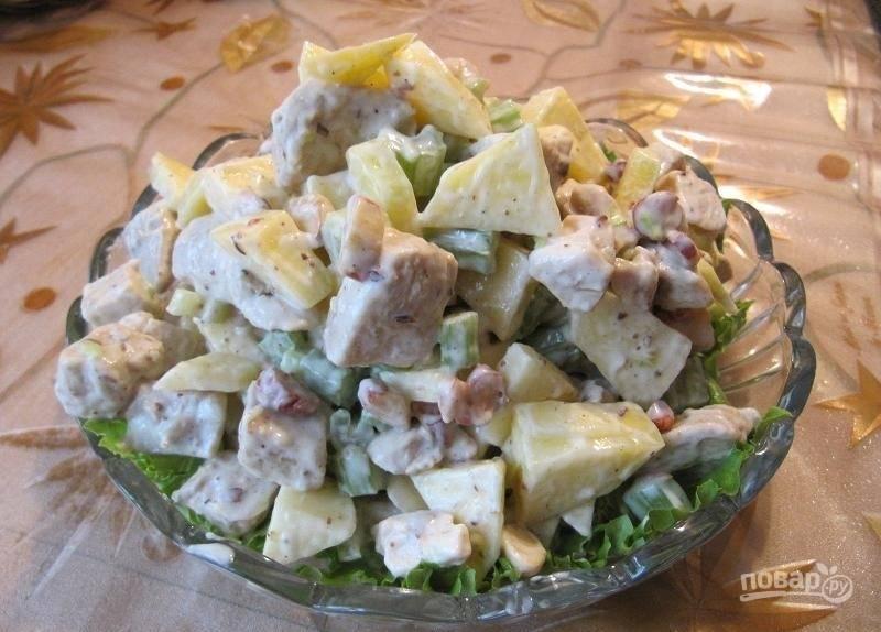 Перемешайте все ингредиенты и добавьте заправку. Выложите блюдо на листья салата. Приятного аппетита!