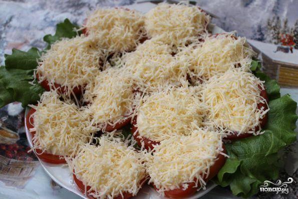 Сыром посыпаем помидоры. Можно добавить немного рубленной зелени, но это уже по желанию. Закуска готова!