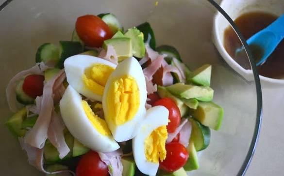 3. Готовой заправкой поливаем салат и перемешиваем.